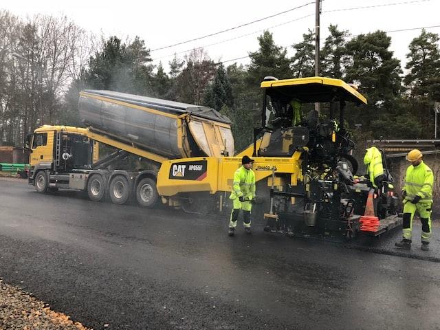 Uuden asfaltin asennusta